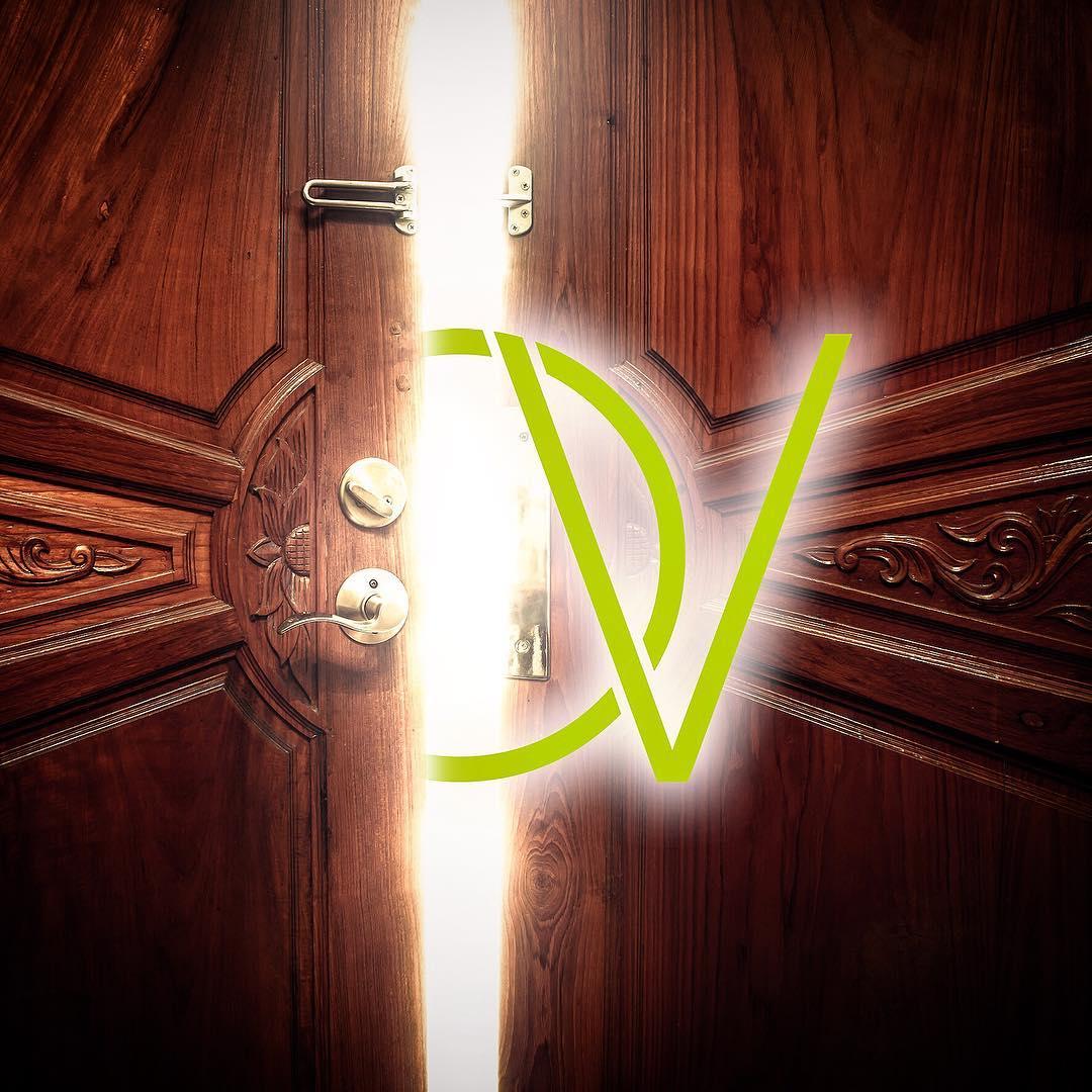 image d'une porte en bois entre ouverte avec le logo olivier vidal qui en sort